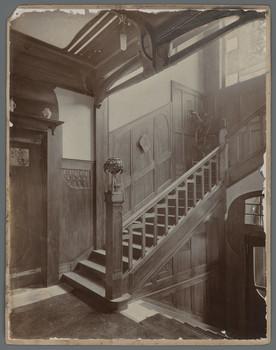 Haus Dr. Grein, Offenbach: Treppe in der Diele des Erdgeschosses, nach dem Entwurf von Patriz Huber
