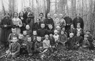 Siužetinė. Metodistų bendruomenės nariai Mantagailiškio (Mintagailiškio) miškelyje. Pirmoje eilėje iš kairės: x, Čygas, Petras Ramutėnas, Karosas, x, x, x, x, x, x, x. Trečioje eilėje: x, x, Martynas Kėželis, Jankauskas, x, x, x, x. Stovi: Grundelienė, x, x, Mykolas Kėželis, Marija Kvedaravičienė, x, x, Karosienė, Emilija Kėželienė, x.