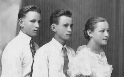 Grupinė. Pogrindininkai Garjoniai. Iš kairės: Leonas, Albertas, Elena Garjonytė - Sičiova. Leonas Garjonis (1918–1941) dirbo Biržų kepykloje. Pogrindinę veiklą pradėjo 1933 m. 1939 m. - Biržų apskr. pogrindinio partinio komiteto narys. 1940 m. mobilizuotas į kariuomenę. Žuvo fronte 1941 07 06. Albertas Garjonis (1920–1941) pogrindinę veiklą pradėjo 1933 m. 1933 ir 1937–1939 m. kalintas. LKJS narys nuo 1934 m. Nuo 1940 m. komunistų partijos narys. 1940–1941 m. LLKJS Raseinių apskr. komiteto sekretorius. Žuvo 1941 m. Elena Sičiova, g. 1916 m. Į Komunistų partiją įstojo 1940 m. pradžioje. 1940–1941 m. dalyvavo dvarų nacionalizavime, dirbo saugumo organuose.