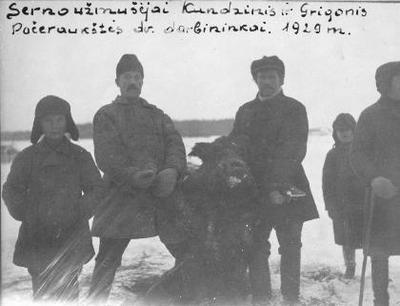 Siužetinė. Pačeriaukštės (Biržų r.) dvaro darbininkai J. Grigonis ir R. Kundzinis užmušę per Kalėdas 176 kg sveriantį šerną. Šerno iškamša ir dabar eksponuojama Biržų krašto muziejuje Sėla . Įrašas PL knygoje: 1929 12 28 Pačeraukštės dvare ant Čeraukštės upelio naktį pasirodė šernas ir Grigonis Jonas (antras iš kairės. J. K.) su Kundziniu Rudolfu paėmę grūstuvą užmušė jį. Iš šio šerno pagaminta iškamša ir parduota už 40 litų muziejui.