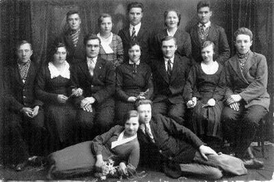 Grupinė. Lietuvos jaunimo sąjungos Ūbiškių skyriaus nariai. Ant žemės: Jokūbas Pelanis (tarybiniais metais kolūkio Janonis pirmininkas) ir Darata Kiškytė. Antroje eilėje iš kairės: Jonas Jasiukėnas, x, Jonas Klybas, Katrė Žemaitytė - Januševičienė (gydytojo Gyčio Januševičiaus (1939 12 24–1989 12 16) motina, Povilas Viederis, Pelanytė, jos brolis Alfonsas Pelanis (gyveno Dvariukuose, nuomavo žemę). Trečioje eilėje: Leonas Slavinskas, kilęs iš Medeikių, gyv. Ūbiškių lauke, x, Kostas Kiškis, Onutė Gatavinaitė - Jasiukėnienė, jos vyras Jasiukėnas iš Stačkūnų k.