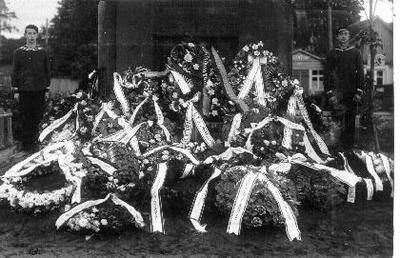 Siužetinė. Biržų XVIII šaulių rinktinės iniciatyva 1931 09 13 pastatyto paminklo žuvusiems už Lietuvos nepriklausomybę (autorius - skulptorius R. Antinis) atidengimo iškilmės. Stovi Jūrų skautų garbės sargyba, paminklo papėdėje organizacijų ir įstaigų vainikai. Matyti du pastatai. Vieno jų iškaboje įrašas: Valgykla (?).