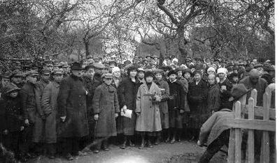 Siužetinė. Prie Radvilų pilies rūmų griuvėsių Biržų moksleivija, žydų pradžios mokyklos mokiniai sodina Vilniaus medį. 1924 05 01. Priekyje - Liucija Januševičiūtė - Samulionienė, nuo jos į dešinę trečia - Ingrida Gošaitė - Ramanauskienė.