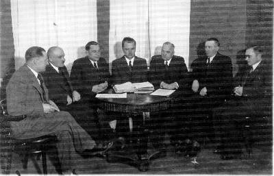 """Grupinė. Lietūkio valdyba 1936–1940 m. Iš kairės: trečias - Kriščiūnas, valdybos pirmininkas Petras Šalčius, šeštas - Kostas Kregždė. """"Lietūkis"""" - Lietuvos žemės ūkio kooperatyvų sąjunga veikė 1923 –1940 m. Prekybinis ir administracinis centras buvo Kaune. Eksportavo javus, sviestą, bekonus, linus, sėmenis. Importavo mineralines trąšas, naftos produktus, žemės ūkio mašinas, druską ir kt. Turėjo didmeninės prekybos sandėlius ir parduotuves. """"Lietūkio"""" narys ir direktorius 1923–1926 m. buvo Petras Kregždė (1894 Lyglaukiuose, Biržų vlsč.–1947 JAV), 1928–1940 m. - Povilas Dagys (1889 Daukniškių k., Biržų vlsč.–1943 Kaune), valdybos nariais: Alfonsas Žukauskas (1896 Svilių k., Vabalninko vlsč.–1972 Vilniuje) ir agr. Petras Variakojis (1892 Kvietkeliuose, Biržų vlsč.–1970 Alytuje). """"Lietūkiui"""" priklausė visos apskrityse veikusios žemės ūkio draugijos."""