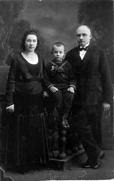 Grupinė. Bružų šeima. Iš kairės: Matilda Kregždaitė - Bružienė, mokytojas Jonas Bružas (1891 10 25 Biržų apskrityje, Dudiškių kaime–1962 palaidotas Biržų evangelikų kapinėse) ir jų sūnus Sigitas Bružas. Gimė žemdirbių Mykolo Bružo ir Elžbietos Mikelėnaitės - Bružienės šeimoje. 1912 m. baigė Biržų keturklasę mokyklą, 1915 m. - pedagoginius kursus Veiverių mokytojų seminarijoje. 1928 m. išlaikęs švietimo ministerijos surengtus egzaminus, gavo vidurinės mokyklos mokytojo cenzą lietuvių kalbai dėstyti. Biržų gimnazijoje pradėjo dirbti nuo 1920 09 09. Trejus metus buvo dirbęs Biržų pradinėje mokykloje. Buvo Biržų evangelikų reformatų parapijos narys, sinodo kuratorius. Tarybiniais metais buvo apdovanotas už šaunų darbą Didžiojo Tėvynės karo metu TSRS Aukščiausios Tarybos Prezidiumo medaliu, už nuopelnus auklėjimo bei mokymo srityje LTSR Aukščiausiosios Tarybos Prezidiumo garbės raštu. Žmona Matilda Kregždaitė - Bružienė (g.1902 m. Lyglaukiuose) mokėsi Drąseikių pradžios mokykloje, 1924 m. baigė Biržų gimnaziją. Gyvena Biržuose, Taikos g. 10. Ji yra žymių visuomenės veikėjų: agronomo, ekonomisto Petro Kregždės (1894 01 02 Lyglaukiai–1947 04 22 Niujorkas), inžinieriaus, knygų apie reformaciją autoriaus Jokūbo Kregždės (1903 10 23 Lyglaukiai–1980 08 10 Čikaga), mokytojo, kooperatininko Konstantino Kregždės (1896 06 19 Lyglaukiai–1947 03 26 Kaunas) sesuo. Jono ir Matildos Bružų sūnus Sigitas (g.1925 08 20 Dudiškių vnk.) - mokytojas. Mirė Panevėžyje.