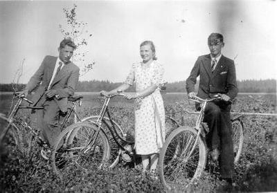 Siužetinė. Lauke prie dviračių iš kairės: Navakas, poetė mėgėja Pranciška Matulytė - Norusis (Norušienė) iš Vabalninko (Biržų gimanziją baigė 1938 m.)ir Stasys Vilimas kelionėje dviračiais pas Navaką į svečius.