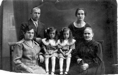 Grupinė. Kupreliškio pradžios mokyklos mokytojų Petro ir Paulinos Skodžių šeima. Iš kairės sėdi: Paulina Slavinskaitė - Skodžienė, dukros dvynės Elena ir Jadvyga, P. Skodžienės motina Slavinskienė. Stovi: Povilas Skodžius, P. Skodžienės sesuo Adelė Slavinskaitė.