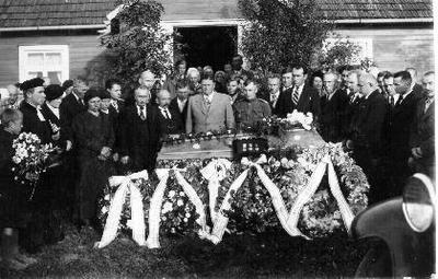 Siužetinė. Povilo Gryno (1894–1938 09 19) laidotuvės. Biržų apskrities savivaldybėje dirbo 19 metų, apdovanotas 3 medaliais. Iš kairės: reformatų kunigas A.Balčiauskas. Prie karsto: P.Trečiokas, M.Mažuika, Biržų apskrities viršininkas Jonas Raščius, Biržų apskr. policijos vadas Jonas Ignatavičius, P.Čigas, J.Maciejauskas, už jo - A.Norvaiša, x, K.Vagneris. Brolis Petras Grynas - mūrininkas, užsimušė nukritęs nuo reformatų bažnyčios bokšto.