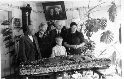 Siužetinė. Emilijos Stragienės motinos Armonavičiūtės - Pačešiūnienės laidotuvės. Pašarvota kambaryje. Prie karsto iš kairės: velionės brolis Armanavičius (grafo Tiškevičiaus kučeris, gyveno Astrave), Emilija Stragytė, Petras Stragys, Emilija Stragienė, mažas berniukas - Sigitas Stragys.