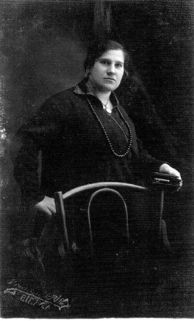 Portretinė. Marija Gošaitė. Mano tėvo Arvydo Gošo sesuo Marija mirė 31 metų. Netekėjusi. Ji peršalo važiuodama iš Bauskės ir persigando. Kakle susirinko pūliai. Ir Biržų, ir Latvijos gydytojai nesuprato jos ligos. Rygoj padarė operaciją, buvo per vėlu. Ji mokėsi Pernavos mokykloje, tapo mokytoja. Nedirbo, nes motina neleido, viena dukra tebuvo. Kavalierius buvo muitininkas, bet motina tekėt neleido. Ji tvarkė ir sūnų gyvenimus. Tik mano tėvas buvo savarankiškas. Ingridos Gošaitės - Ramanauskienės pasakojimas. Užrašė S.Kubiliūtė 2003 m.
