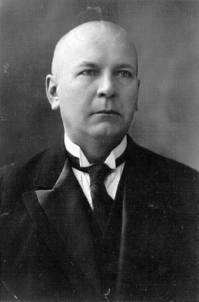 Portretinė. Superintendentas kun. Adomas Šernas (1884 m. Jasiškiai, Biržų rj.–1965 m. N. Radviliškis). Mokėsi evangelikų reformatų gimnazijoje Slucke, teologiją studijavo Dorpato (Tartu) universitete. Nuo 1913 m. kunigavo Švobiškyje, Vilniuje, Papilyje, N. Radviliškyje, Biržuose. 1934 m. paskirtas karo kapelionu. Po Antrojo pasaulinio karo kunigavo N. Radviliškyje. Paruošė spaudai naują evangelikų reformatų giesmyną, giesmyną Lietuvos kariuomenės kariams.