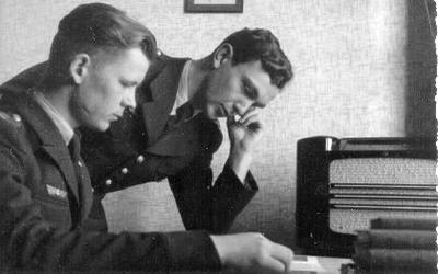 Siužetinė. Dešinėje - leitenantas Aleksandras Morkevičius - Morkus (g.1914 m. Biržuose–žuvo 1941 06 23 Ukmergėje) karininkų mokykloje, su draugu, užsiėmimų metu. Tarnavo 29 teritorinio šaulių korpuso tautinėje eskadrilėje Ukmergėje. Motina gyveno Maskvoje. Aleksandrą augino jo seneliai Biržuose. Senelis dirbo felčeriu.