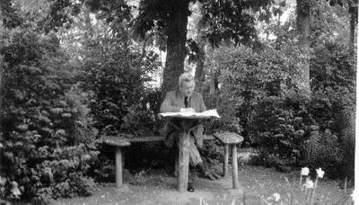 Siužetinė. Konstantinas Šakenis tėviškėje Veleniškiuose. Sėdi po sena liepa. K.Šakenis mėgo tėviškę ir savo kaimynus ūkininkus: atostogas ir šventes vis Veleniškiuose praleisdavo. Veleniškiai jam atstodavo turtingus bei prabangius užsienio kraštus. Bolševikams jėga užgrobus Lietuvą, inž. K.Šakenis, tuo metu buvęs Lietuvos Seimo pirmininkas, neteko pareigų ir sugrįžo ūkininkauti į savo numylėtus Veleniškius. Čia jis su šeima sulaukė baisiosios 1941 m. birželio 14 d. nakties. V.Butėnas