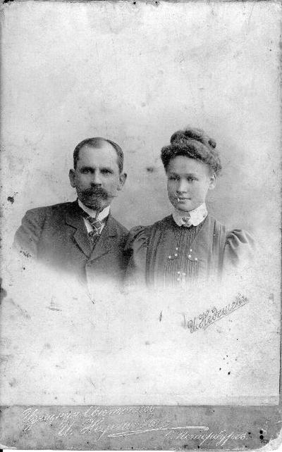 Grupinis portretas. Išradėjas, visuomenės veikėjas Jurgis Trečiokas su būsimąja žmona Darata Dagyte -Trečiokiene Peterburge. Susituokė 1907 m. kovo 5 d. Biržuose. Jurgis Trečiokas (1863 08 07 Kiliškiuose, Biržų raj.–1927 08 27 Biržuose. Palaidotas Biržų evangelikų kapinėse), Jurgio Trečioko iš Papilio parapijos Kiliškių kaimo ir Marės Braškytės - Trečiokienės sūnus. Darata Trečiokienė (g. N. Radviliškio vlsč., Ivoniškio vnk.–1971 08 06. Palaidota Vilniuje, Antakalnio kapinėse), Krisiaus ir Zofijos Dagių dukra. Aktyvi Biržų moterų organizacijos narė, evangelikų reformatų globėja.