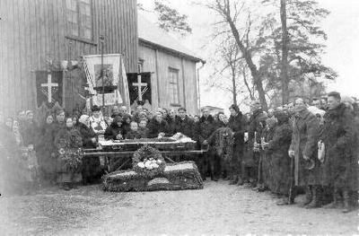 Siužetinė. Tretininkės laidotuvės. Atsisveikina prie Kupreliškio bažnyčios. Laiko dvi gedulines, Kupreliškio tretininkų, blaivininkų (užrašas Būkite blaivūs ir Jėzaus Kristaus monograma)vėliavas, gedulinių procesijų kryžių. Moterys rankose laiko vainikus ir žvakes.