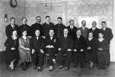 Grupinė. Biržų pašto įstaigos tarnautojai, 1931 m. persikėlę į naujas patalpas Jansono namuose Vytauto gatvėje. Sėdi iš kairės: x, M. Jasiūnaitė, A. Ambraziūnas, viršininkas Mykolas Plepys, Jokūbas Kuginys, Jonas Šušys, x, x. Stovi: Bazdaras, x, Raimundas Frankas, Vilimas, Raugalas, x, Krulis, x, x. Dar yra A. Vegys, M. Jasiūnaitė.