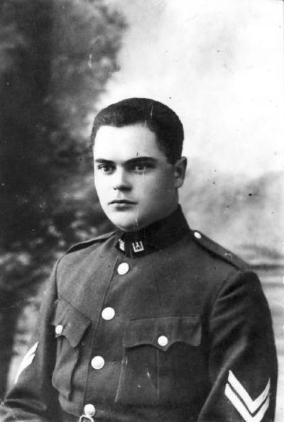 Portretinė. Augustinas Galeckas (g. 1900 09 24 Braškiuose, Biržų raj.), inžinerinio pulko jaunesnysis puskarininkis, šaulių organizacijos narys (nuo 1926 m.). 1930–1932 m. mokėsi Fil. dr. J. Tumėno brandos kursuose. Pripažintas baigusiu visą aukštesniosios mokyklos aštuonių klasių kursą su sustiprintu svetimųjų naujųjų kalbų dėstymu. 1932 m. įstojo į Vytauto Didžiojo universiteto teisės fakultetą. Parašė diplominį darbą  Suaugusiųjų švietimo organizacija Lietuvoje. Teisės fakulteto taryba 1937 12 16 posėdyje pripažino baigusį Teisės skyrių ir suteikė diplomuoto teisininko vardą. Dirbo kriminalinės policijos kvotos valdininku Kaune. Emigravo į JAV. 1931 04 16 Kaune vedė Bronislavą Sungautaitę. Katalikas.