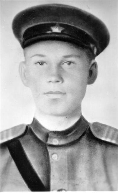 Portretinė. II pasaulinio karo dalyvis Arkadijus Dmitrijievičius Pankovas (1926 02 18–1944 08 06). Palaidotas Biržų karių kapinėse. 1983 m. į Biržus buvo atvykusi jo sesuo Valentina Korosteliova. Vyko iš Uralo per Rygą, nes ieškojo ne tik brolio, bet ir tėvo Dmitrijaus Pankovo, Garvilovičiaus kapo. Jis gimė 1898 m., žuvo 1945 01 25. Palaidotas Saldusko rajono Ezersko karių kapinėse Latvijoje.