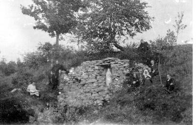 Siužetinė. Lurdas Nemunėlio upės pakrantėje N. Radviliškyje. Prieš I pasaulinį karą įrengė kun. Adolfas Sabaliauskas - Žalia Rūta. Pirmojo pasaulinio karo metais Lurdas buvo sugriautas, o švč. M. Marijos skulptūra išliko sveika. Skulptūra buvo paslėpta Petro Samulionio klėtyje po šiaudais. 1928 m. restauravus bažnyčią, ji buvo perkelta į fasade išmūrytą nišą.