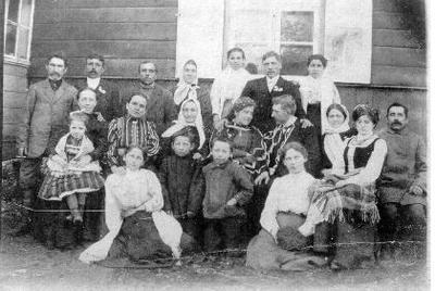 Grupinė. Petro Samulionio (1882–1950 N. Radviliškyje) ir Aldonos Zinkevičiūtės (1889–1958) vestuvės. Grupė žmonių N. Radviliškyje prie Samulionių namų. I eilėje iš kairės: Emilija Gasiūnaitė, Albinas Gasiūnas, Liudvikas Gasiūnas, Elžbieta Natkienė, Marija Zinkevičiūtė. II eilėje: Samulionienė su dukra, Rublienė, Magdalena Šernaitė - Samulionienė - Gasiūnienė, jaunieji, Olimpija Zinkevičienė, Juozas Gasiūnas. III eilėje: J. Samulionis, Šernas, x, Laučkienė, x, Šernas, x.