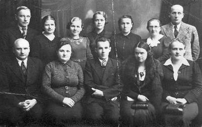 Grupinė. Biržų Aušros pradžios mokyklos mokytojai. Sėdi iš kairės: Jonas Bružas, Paulina Skodžienė, mokyklos direktorius J. Mališauskas, Puodžiūnienė (agronomo žmona), x. Stovi: Alfredas Šlikas, A. Kuprienė, Milčiūtė, x, A. Andrėjauskienė, Morkūnienė, P. Skodžius.