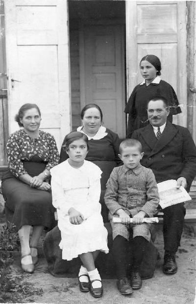 Grupinė. Pabiržės viršaičio Petro Dilio šeima. Sėdi prie priebučio (gonkų). Pirmoje eilėje iš kairės vaikai: Bronė Dilytė (1925–1988), Adolfas Dilys (1928–1994). Antroje eilėje: x, Aurelija Žukauskaitė - Dilienė (...–1948), Petras Dilys (1895–1967). Stovi: Stefanija Dilytė (1921–1991).