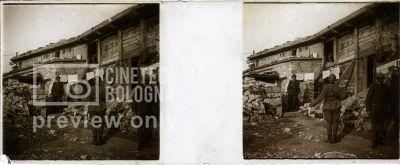 Prima Guerra Mondiale. Militari davanti a un edificio
