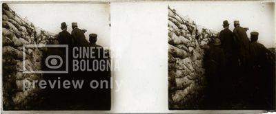 Prima Guerra Mondiale. Gruppo di uomini dietro a una barricata