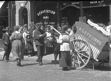 Queue pour les pommes de terre et le vin devant l'épicerie Félix Potin et rue de Buci