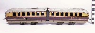 Trein bestaand uit 2 scharnierende delen, spoor 0, mechanische aandrijving