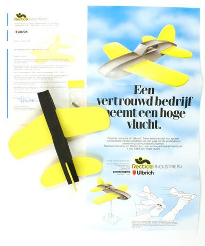 Reclame vlieguig van kunststofschuim met brief en folder