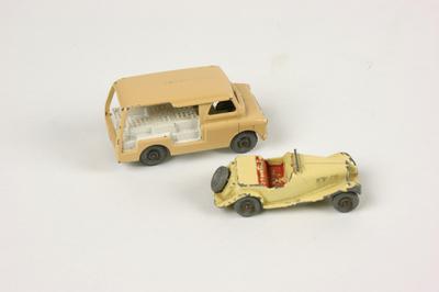 Matchbox auto's, Bedford bestelbus met melkflessen nr. 29 en raceauto