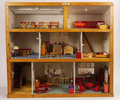 Gemeubileerd en gestoffeerd poppenhuis 'Josje', 3 etages en gedeeltelijk dak van glas