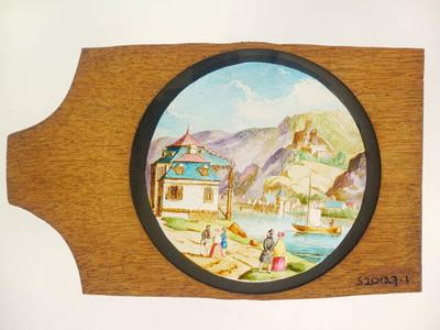 6 Toverlantaarnplaten behorende bij toverlantaarn S2013-0006. Handgeschilderde platen met voorstellingen van een berglandschap met kastelen en kerken.