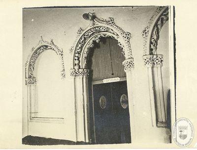 [Ventanales gótico-mudéjares de la escalinata de los Reyes Católicos de la Aljafería] [Material gráfico]
