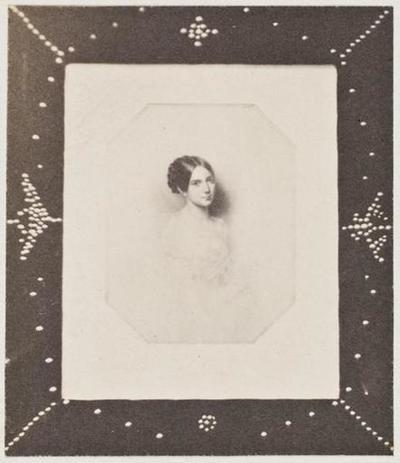tirage photographique ; Photographie d'un portrait de Léopoldine dans un cadre