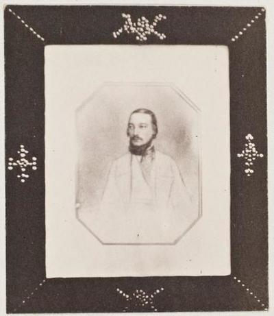 tirage photographique ; Photographie d'un portrait de Charles Hugo dans un cadre