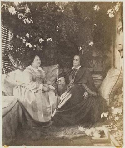 tirage photographique ; Mme Bouclier et Mme Victor Hugo dans la serre de Marine Terrace
