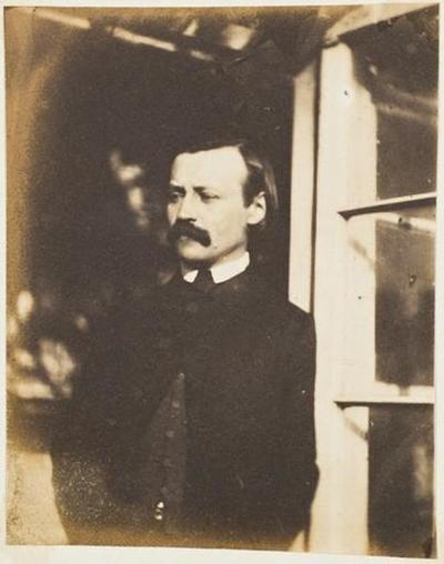 tirage photographique ; Paul Meurice dans l'encadrement d'une fenêtre