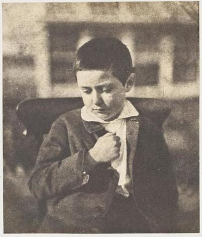 tirage photographique ; Adotic Le Flô, le poing sur la poitrine