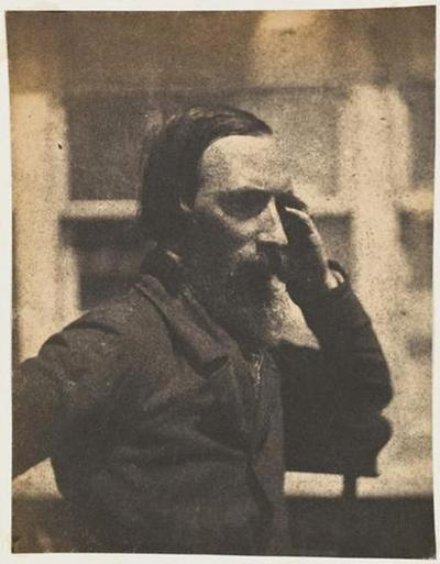 tirage photographique ; Autoportrait en buste, assis de trois-quarts, la main à la tempe
