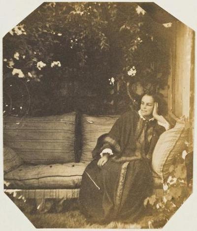 tirage photographique ; Madame Victor Hugo assise dans la serre de Marine Terrace