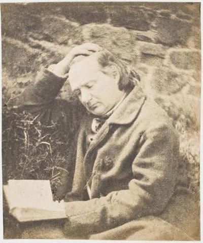 tirage photographique ; Victor Hugo lisant devant un mur de pierres