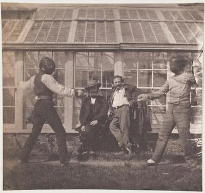 tirage photographique ; Charles et François-Victor faisant des armes en compagnie de Théophile Guérin et d'un quatrième personnage ; Les escrimeurs