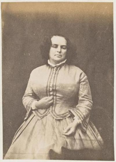 tirage photographique ; Madame Victor Hugo en robe et gilet, de face