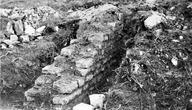 Vue générale en 1955 du sondage au sommet est : vestiges d'habitation (Castrum Saint-Pierre, Bras, Var).