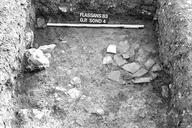 Vue générale du sondage 4 : pièce avec vestiges d'un mur arasé, matériel abondant et un foyer constitué de fragments de tuiles et panses d'amphores formant un cercle de 60 cm de diamètre (sondages exploratoires sous la direction de M. Moliner) (La Grande Pièce, Flassans-sur-Issole, Var).
