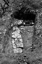 Vue générale du sondage 16 : sol de terre battue avec tuiles à plat correspondant à l'arase de deux murs perpendiculaires (sondages exploratoires sous la direction de M. Moliner) (La Grande Pièce, Flassans-sur-Issole, Var).