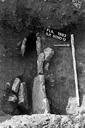 Vue générale du sondage 12 : caniveau constitué de lauzes plantées de chant (drain ?) (sondages exploratoires sous la direction de M. Moliner) (La Grande Pièce, Flassans-sur-Issole, Var).