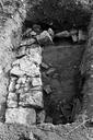 Vue rapprochée du sondage 16, surface 3 : sol de terre battue et deux murs perpendiculaires (sondages exploratoires sous la direction de M. Moliner) (La Grande Pièce, Flassans-sur-Issole, Var).